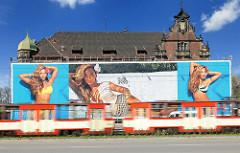 Historisches Gebäude beim Hauptbahnhof Danzigs, Werbung und fahrende Strassenbahn - neu + alt.
