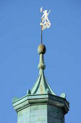 Goldene Wetterfahne auf einem Giebelturm - historische Architektur Danzigs.