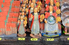 Souvenirs in der Domburg zu Frombork  / Frauenburg - der  Domherr Nicolaus Copernicus wird als Plastikfigur in unterschiedlichen Grössen zum Verkauf angeboten - der Astronom entwickelte in Frauenburg seine Theorie des Heliozentrischen Weltbilds.