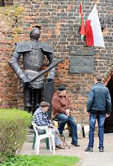 Ritterfigur mit Rüstung am Befestigungsturm von Dobre Miasto / Guttstadt, Polen.