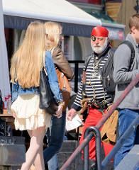 Pirat als Werbeträger für eine Hafenrundfahrt auf der Mottlau und Weichsel / Touristinnen.