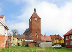 Kirchturm der gotischen Marienkirche in Darłowo / Rügenwalde, Polen. Die dreischiffige Basilika entstand im 14. Jahrhundert.