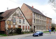 Alte renovierungsbedürftige Architektur  in der Hansestadt Anklam - Fachwerkgebäude und zweistöckige Wohnblocks.