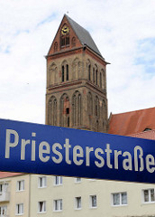 Strassenschild Priesterstrasse in Anklam - Kirchturm der gotischen Marienkirche.