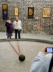 Besucher beobachten im Glockenturm / Campanile - Radziejowski-Turm in der Domburg von Frombork - Frauenburg den  Foucaultsches Pendel -  langes Fadenpendel mit einer großen Pendelmasse, mit dessen Hilfe die Erdrotation anschaulich nachgewiesen werden
