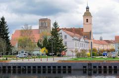 Blick über das Hafenbecken von Anklam zur Nikolaikirche und Garnisonskirche. Die ehem. Heilig-Geist-Kirche / Barockkirche wurde 1738 erbaut; sie wird jetzt als Wohnaus genutzt.