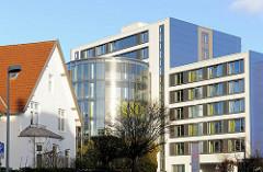 Moderne Architektur der Segeberger Klinik - Einzelhaus, Wohnhaus mit Spitzdach in Bad Segeberg.