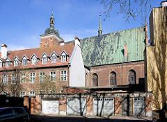 Seitenansicht Kirche des hl. Jakob in Danzig erbaut im 17. Jahrhundert; Wohnhäuser und Garagen.