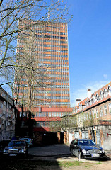 Hochhaus und Mietswohnungen - Etagenhäuser; Nobelkarossen im Hinterhof. Bilder aus Danzig / Gdansk.