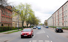 Alt + Neu; Altbauten auf einer Strasseseite - Neubauten auf der gegenüberliegenden Seite - Architektur in der Hansestadt Anklam.