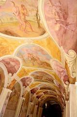 Farbenprächtige Barockgemälde an der Decke vom Kreuzgang des Klosters Święta Lipka, Heiligelinde - Polen.