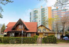 Alte Wohnhäuser, historischer Baustil - moderne Wohnblocks mit farbigen Balkonbrüstungen in Międzyzdroje / Misdroy (Polen); alt + neu.