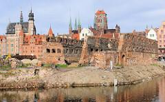 Blick über die Mottlau zu den Ruinen der Speicherinsel von Danzig. Im Hintergrund der Kirchturm der Marienkirche und die Altstadt Danzig / Gdansk.