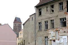 Leerstehendes Wohnhaus - Kirchturm der Marienkirche aus dem 13. Jahrhundert in Anklam.