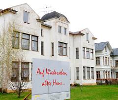 Baufälliges Gebäude an der Uferpromenade Ostseebad Heringsdorf - mehrstöckiges Wohnhaus zum Abriss bestimmt - Schild Auf Wiedersehen altes Haus.