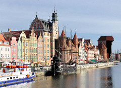 Hafenpanorama Danzig - historische Architektur; Stadttor und Wohnhäuser.