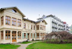 Historische Architektur - moderne mehrstöckige Neubauten - Seepromenade Ostseeinsel Usedom, Gemeinde Heringsdorf. Unterschiedliche Baustile - neu + alt.