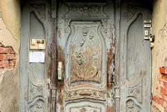 Alte Holztür mit Jugendstildekor - Klingeln; Architekturdetail - Bilder aus der Hansestadt Anklam.