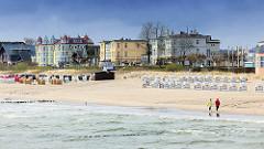 Strand von Heringsdorf, Usedom - Strandkörbe; Strandpromenade - Panorama, Bäderarchitektur - Spaziergänger am Meer.