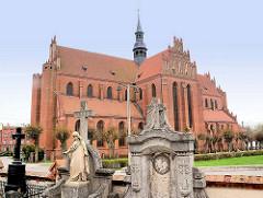 Klosterkirche Pelplin, Polen - das Kloster Pelplin ist eine ehemalige, der Jungfrau Maria, St. Bernhard, St. Benedikt und St. Stanislaus geweihte Zisterzienserabtei. Backsteingotik - Baubeginn um 1258; Grabsteine.