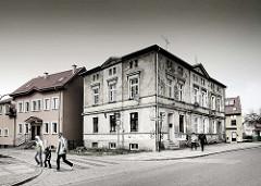 Wohnhäuser - Altbau, Neubau; Fussgänger auf einem Zebrastreifen - Bilder aus Darłowo / Rügenwalde, Polen.