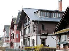 Bäderarchitektur an der Strandpromenade Ostseebad Heringsdorf, Usedom - Wohnhäuser, Pensionen im Schwarzwaldstil - Baustil mit Holzfassade und Schnitzereien..