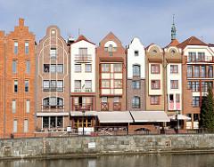 Neubauten im historischen Stil - Hafenpanorama in Danzig, alter Hafen an der Mottlau.