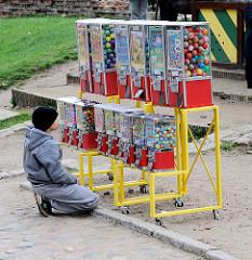 Souvenirangebot auf der Ordensburg in Malbork / Marienburg, Polen - ein Kind sitzt vor einem Automaten mit Spielsachen und kann sich nicht entscheiden.