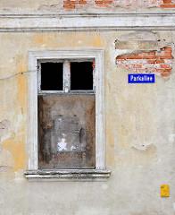 Vernageltes Fenster - Hausfassade mit bröckelndem Putz - Strassenschild Parkallee in Anklam.