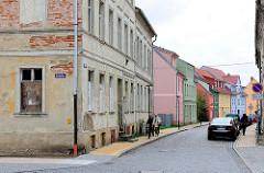 Restaurierte und verfallene Wohnhäuser in der Hansestadt Anklam.