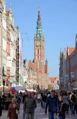 Strassenszene in Danzig - Touristen bummeln durch die Altstadt - im Hintergrund der Turm vom Rechtstäder Rathaus.