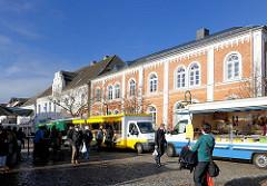 Historische Architektur in Bad Segeberg Am Markt / Kirchstrasse; Wochenmarkt - Marktstände.