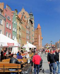 Danzigs Hafenpromenade in der Sonne - Restaurant / Cafe mit Tischen im Freien - historische Architektur, Touristen.