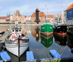 Kutter im alten Hafen der Mottlau in Danzig / Gdansk - im hintergrund das Panorama der Altstadt Danzigs.