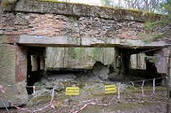 Ruine auf der Anlage der Wolfsschanze - zerbröselte Ziegelmauer, Schild Achtung Gefahr Eintritt Verboten - Wstep wzbroniony, Grozi zawaleniem.