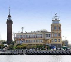 Gebäude des Hafenkapitäns / Kapitanat Portu; Danziger Hafen - Radaranlage Leuchturm, Leuchtfeuer.