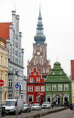 Historische Architektur Greifwald - Hausfassaden und der Turm vom Greifswalder Dom St. Nikolai - Ursprungsbau 1395 fertiggestellt. Gotischer Backsteinbau . Wahrzeichen der Hansestadt Greifswald.