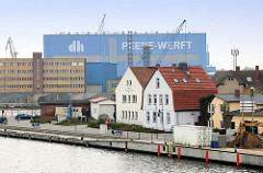 Blick über den Hafen von Wolgast zur Peene Werft; im Vordergrund Gebäude der Wolgaster Hafengesellschaft.