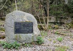 Gedenktafel auf dem Gelände der Wolfsschanze - Zur Erinnerung an den Widerstand gegen den Nationalsozialismus.