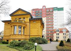 Historische Villa im Ostseebad Heringsdorf / Usedom - im Hintergrund das Kurhotel; historische und moderne Architektur - alt + neu.