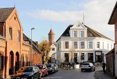 Historische Geschäftsgebäude, Wohnhäuser in Bad Segeberg - im Hintergrund der alte Wasserturm.