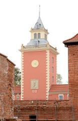 Turm vom Grabowski Palace in Lidzbark Warmiński - im Vordergrund Backsteinmauern der alten Wehranlage.