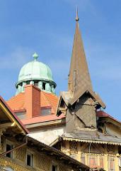 Holzfassade mit Schnitzereien - Kupferkuppel.