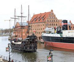 Eine historische Kogge / Nachbau starte eine Fahrt mit Touristen auf die Weichsel - re. der ehem. polnische Kohle- und Erzfrachter Soldek / Museumsschiff.