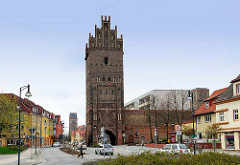 Steintor in Anklam - Wahrzeichen der Hansestadt;  das 32 m hohe Stadttor entstand um 1450. Im Hintergrund der Kirchturm der Marienkirche.