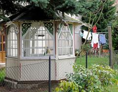 Holzpavillon im Garten - Schnitzerei, Wäsche hängt zum Trocknen auf der Leine - Bilder aus dem Ostseebad Heringsdorf / Insel Usedom.