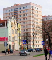 Historische Giebelhäuser - Architektur mit bunter Fassade; rosa Hochhaus - Bilder aus der Stadt Danzig - alt + neu.