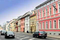 Farbige Häuser - Wohnhäuser; bunte Hausfassaden in der Hansestadt Greifswald, Osnabrücker Strasse.