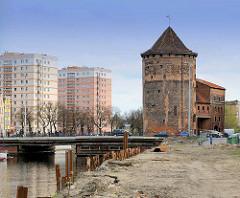 Milchkannentor auf der Danziger Speicherinsel - runde Bastei, erbau im 15. Jahrhundert - im Hintergrund Hochhäuser / Neubauten mit cremefarbener Fassade - neu + alt.
