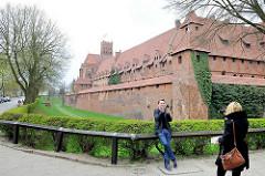 Burganlage der historischen Ordensburg in Malbork / Marienburg, Polen - Burggraben.